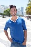Привлекательный бразильский парень на Avenida Atlantica на Рио-де-Жанейро Стоковое фото RF