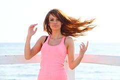 Привлекательный ветер девушки в молодой женщине волос стоковая фотография rf