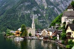 Привлекательный взгляд домов и здания в Hallstatt Австрии Стоковое Изображение RF