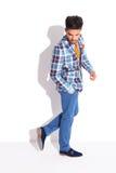 Привлекательный взрослый идти с рукой в карманн Стоковые Фото