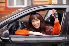 Привлекательный демонстрировать молодой женщины ключи автомобиля Стоковая Фотография RF