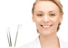 Привлекательный женский дантист с инструментами стоковое изображение rf