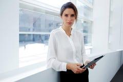 Привлекательный женский финансист одел в проверках официально носки имеет работу план-графика на цифровой таблетке во время проло Стоковое фото RF