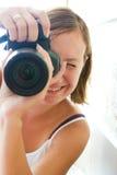 Привлекательный женский фотограф с камерой Стоковое Изображение RF