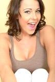 Привлекательный красивый портрет молодой женщины смотря камеру Стоковые Фотографии RF