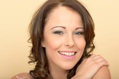Привлекательный красивый портрет молодой женщины смотря камеру Стоковая Фотография