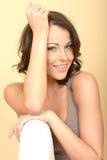 Привлекательный красивый портрет молодой женщины смотря камеру Стоковые Изображения