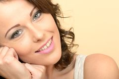 Привлекательный красивый счастливый усмехаясь портрет молодой женщины смотря камеру Стоковое Изображение