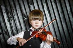 Привлекательный мальчик играя скрипку, стрельбу студии стоковое фото rf