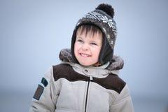 Привлекательный мальчик имея потеху на пляже зимы стоковые изображения rf