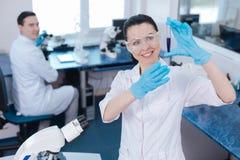 Привлекательный медицинский работник поднимая обе руки Стоковые Фото