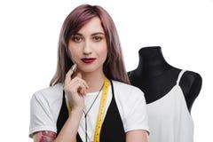 Привлекательный молодой задумчивый needlewoman при фиолетовые волосы держа кольцо Стоковые Фотографии RF