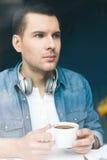 Привлекательный молодой парень выпивает горячий напиток Стоковое Изображение RF