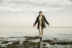 Привлекательный молодой человек на озере в солнечном Стоковое Фото