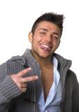 Привлекательный молодой человек при прошивка языка, делая знак победы Стоковые Фото