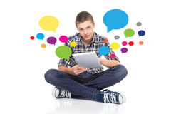Привлекательный молодой человек с таблеткой используя социальную сеть Стоковое Изображение RF