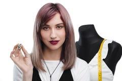 Привлекательный молодой needlewoman держа кольцо Стоковое Изображение