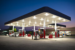 Привлекательный ночной магазин бензоколонки стоковое фото
