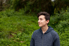 Привлекательный парень подростка в парке Стоковая Фотография