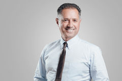Привлекательный портрет бизнесмена на серой предпосылке Стоковые Фотографии RF