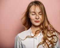 Привлекательный портрет девушки в белой рубашке Стоковое Изображение RF