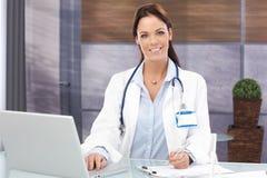 привлекательный портрет женщины доктора Стоковые Фотографии RF