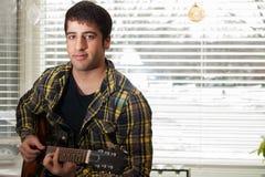Предназначенная для подростков гитара игр Стоковое Изображение RF