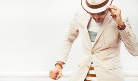Привлекательный серьезный человек моды представляя в шляпе и стеклах стоковая фотография rf