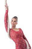 Привлекательный темн-с волосами гимнаст представляя с веревочкой Стоковое Изображение RF