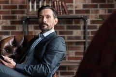 Привлекательный уверенно бизнесмен смотря вас Стоковая Фотография RF