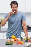Привлекательный человек есть кусок болгарского перца Стоковое Фото