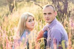 Привлекательный человек и женщина сидя на природе Стоковое Фото