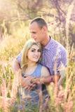 Привлекательный человек и женщина сидя на природе Стоковые Изображения RF