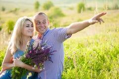 Привлекательный человек и женщина сидя на природе Стоковые Изображения