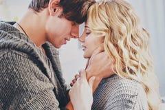 Привлекательный человек и женщина целуя в прижиматься спальни совместно милый стоковое фото rf