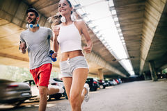 Привлекательный человек и красивая женщина jogging совместно Стоковые Фотографии RF