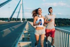 Привлекательный человек и красивая женщина jogging совместно Стоковое Фото