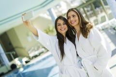2 привлекательных дамы принимая selfie рядом с бассейном Стоковые Фотографии RF