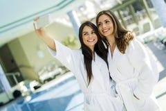 2 привлекательных дамы принимая selfie рядом с бассейном Стоковая Фотография RF