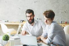 2 привлекательных бизнесмена работая на проекте совместно Стоковые Изображения