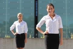 2 привлекательных бизнес-леди представляя на улице Стоковые Изображения
