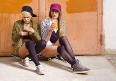 2 привлекательных девушки битника вися вне Стоковое Фото