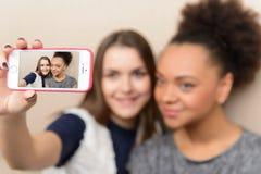 2 привлекательных девушки в кафе Стоковые Изображения