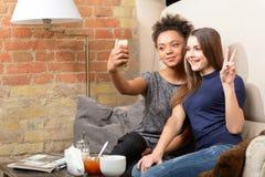 2 привлекательных девушки в кафе Стоковые Фотографии RF