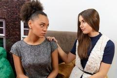 2 привлекательных девушки в кафе Стоковое Изображение