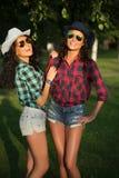 2 привлекательных девушки в ковбойских шляпах и солнечных очках Стоковое Изображение RF