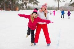 2 привлекательных девушки конькобежца на льде Стоковое Фото