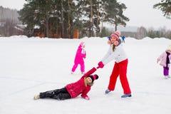 2 привлекательных девушки конькобежца на льде Стоковые Фото