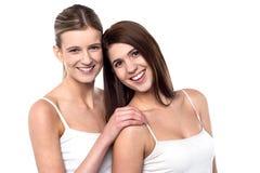 2 привлекательных девушки представляя в безрукавных спагетти Стоковые Фото