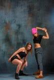 2 привлекательных девушки танцуя twerk в студии Стоковые Изображения